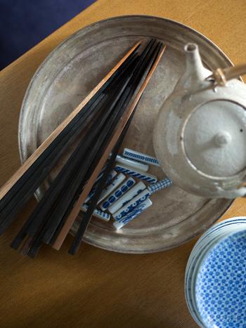 輪島塗の木地屋さんと東屋さんが作ったお箸。木の素地の表情や質感を存分に楽しめるお箸です。華やかさはないけれど、丈夫で使いやすく、長持ちするお箸です。