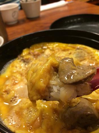 希少な白レバーを加えた「白レバ親子丼」も女性に人気。クセがなく食べやすいのは新鮮だからこそ。ランチタイムは連日長蛇の列なので、時間に余裕をもって訪れましょう。
