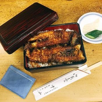 ふっくらした穴子天丼も人気。大きな穴子が1匹入っているので、食べごたえがあります。わさびを添えていただくと、大人好みの味わいに。