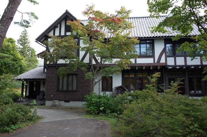 まるで緑の中にたたずむ別荘のような、旧渋沢邸を移築した洋風木造建築の建物も素敵です。