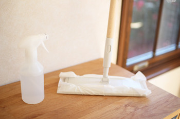 水+エタノール+精油で作るお掃除スプレーは、リビングや浴室などの床や壁、棚の拭き取りなどいろんな場所で使えて空気清浄にもなるので、ひとつ作っておくと便利です。面倒な時は、雑巾やウェットシートに精油を少しだけ垂らした水を含ませて拭く方法も◎