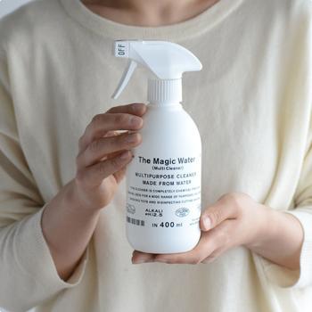 除菌や汚れ落としにささっと使えるマルチクリーナーは、一本あると便利です。こちら「The Magic Water(ザ・マジックウォーター)」は、極限まで引き上げたpH12.5の高濃度アルカリイオン水。界面活性剤やアルコールなどを使用していないので環境や手肌に優しいんです。