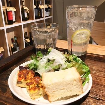 ランチには、こちらのパンとサラダ、ドリンクがセット。広くゆったりとした店内は居心地がよく、おしゃべりも弾みそう。