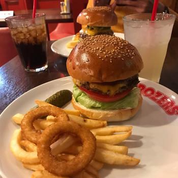 ポテトとオニオンリングがセットになったハンバーガーはボリュームがあって食べごたえ満点。パティやバンズはオリジナルにこだわっていて、ここでしか食べられない味です。