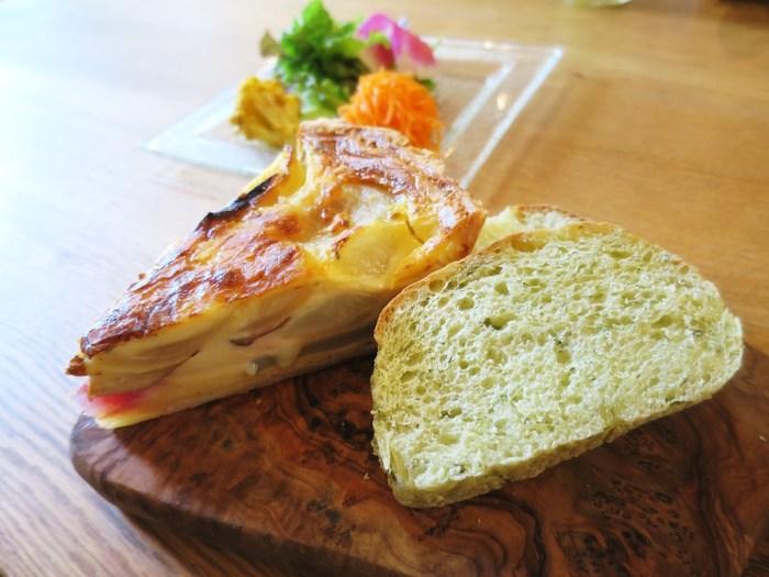 人気の「キッシュ盛り合わせプレート」には三浦産のお野菜を使用。この日は赤大根や、玉ねぎなどが入っています。大きくカットされていて食感も楽しい♪