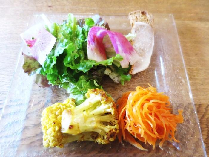 神奈川県三浦市などの契約農家さんから届いたお野菜を使ったお料理がいただけます。ランチの前菜も、お野菜がたっぷり。ある日のランチではカリフラワーのカレーマリネやキャロットラペなどが美しく盛り付けられていて、食感や香りから鮮度の良さが伝わってきます。