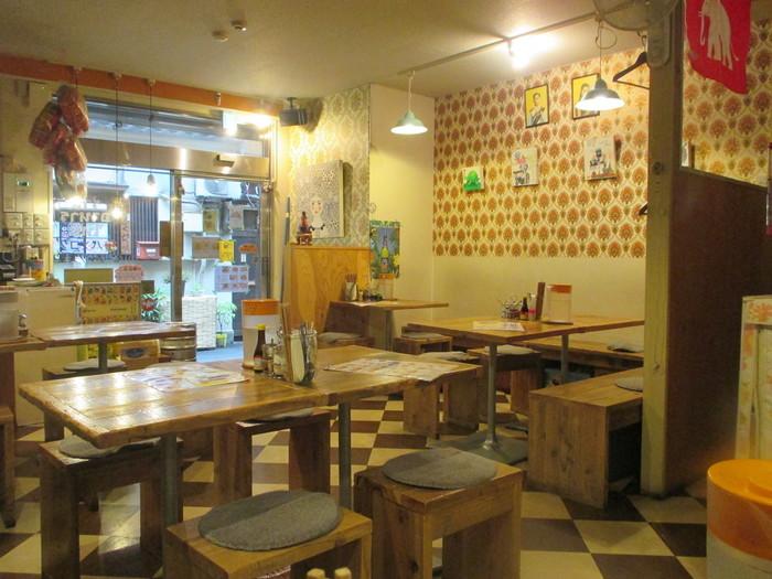 人形町駅そばの路地裏にある「バンコク ピーナッツ食堂」は、庶民的なタイ料理が食べられるレストランです。