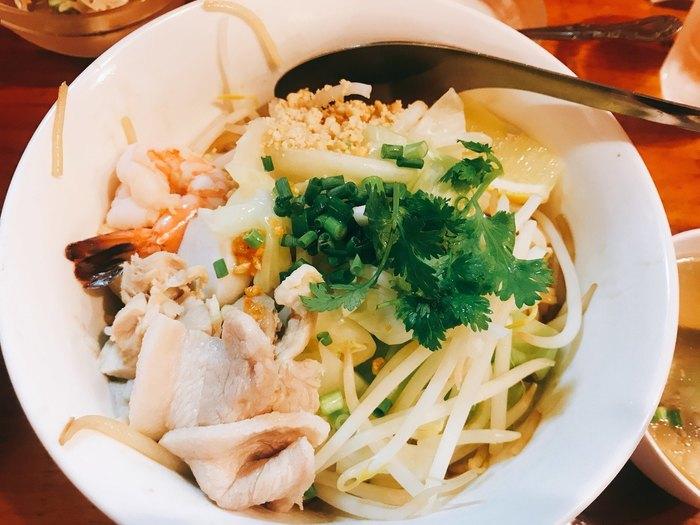 ランチの人気メニューのひとつ「レックヘーン」は、汁なしの麺料理。辛みや酸味がないので、タイ料理をはじめて食べる方にもおすすめです。お米で作った麺はつるっとしたのどごしが特徴。お野菜たっぷりでヘルシーなのもうれしいですね。卓上のナンプラーや唐辛子で自分好みにアレンジして食べるのが本場流です。