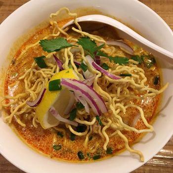 タイ北部の都市、チェンマイ名物の「カオソイ」は、卵麺とココナッツミルクの入ったまろやかなカレースープが絶妙の麺料理。タイの屋台で修業を積んだシェフの作るお料理は、どれも本格的です。