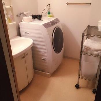 洗濯機掃除は、方法とコツさえおさえれば簡単にできちゃいます。洗濯機のコース機能を使えば、空き時間を使って効率良くこなせるはず♪毎日する必要はないので、ぜひお休みの日などにお掃除してみてくださいね。