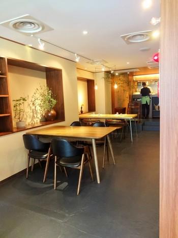 人形町駅から徒歩5分のところにある、四川風の坦坦麺が人気の「汁なし担担麺 ピリリ」。ラーメン屋さんと言うと男性的なイメージが強いですが、こちらは木目調のインテリアで、女性同士でランチを楽しむお客さんも多いお店です。