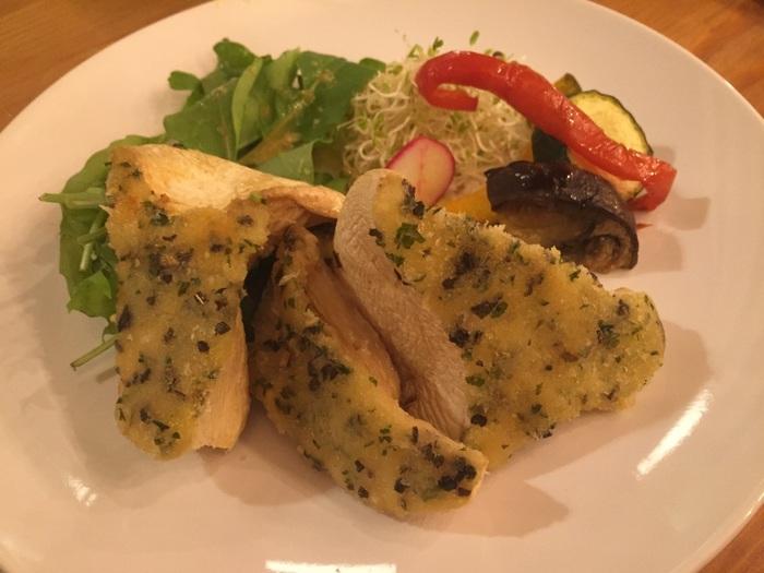 白霊茸の香草パン粉焼き、7種の信州きのこのフリット、豚バラ肉の志賀高原ビール煮込みなど、地元の食材を使ったイタリアンが魅力のお店です。