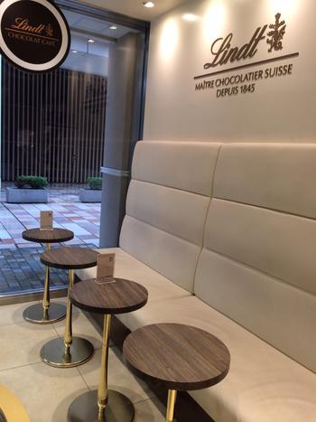北千住の駅構内ルミネ1階にある「リンツ ショコラ カフェ」では、スイスの有名チョコレートメーカー「リンツ」のスイーツがいただけます。白とブラウンを基調としたイートインスペースは、清潔感があって落ち着いた雰囲気。