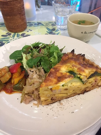 「季節野菜のチーズキッシュプレート」は、ランチの人気メニュー。大きめにカットされたキッシュは食べごたえがあり、お野菜の食感や彩りも楽しめます。ラタトゥイユやお野菜のマリネ、サラダ、スープもセットになっているのでおなかいっぱいになりそうですね。
