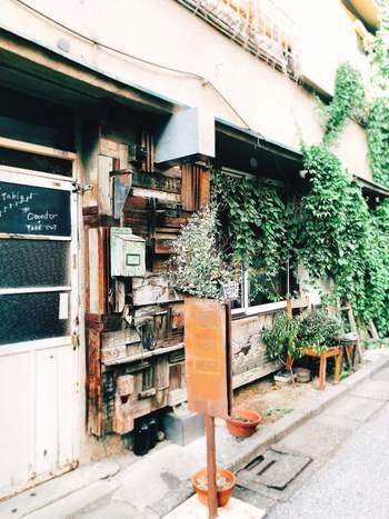 北千住の駅から4~5分歩いた路地裏にある「GRANARY'S COFFEE STAND(グライナリーズコーヒースタンド)」は、趣きのある外観がステキな隠れ家カフェ。