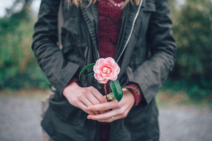 プレゼントは必要ないけれど、一輪のお花や一粒のチョコレートと一緒に「今年もありがとう」と伝えてみてください。今年おきた出来事、たくさんあったいろいろなことも、その言葉を伝えるだけで、なんだか気持ちがすっと軽くなって、年賀状を送らなくたって、また来年もよろしくねと思えれば素敵ですよね。