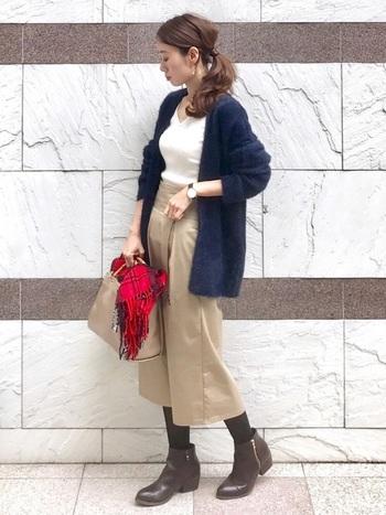 紺×ベージュ×白できちんと感のあるお手本のようなオフィスカジュアルに。1枚さらっと羽織れるカーディガンがあると、少し寒いときにもさっと羽織れます。
