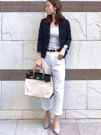 社外での用事で少し歩くときは、きれいめな印象と歩きやすさが大切。ホワイトパンツならしっかり清潔感を出してくれます。