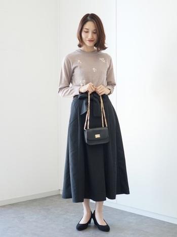 ウエストのリボンとふんわり広がるシルエットがかわいらしいフレアスカート。黒を選べばオフィスでも浮かないきちんとコーデになりますね。