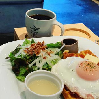 「ワッフルモーニング」は目玉焼きがのったワッフルにサラダとコーヒーがセットになっています。