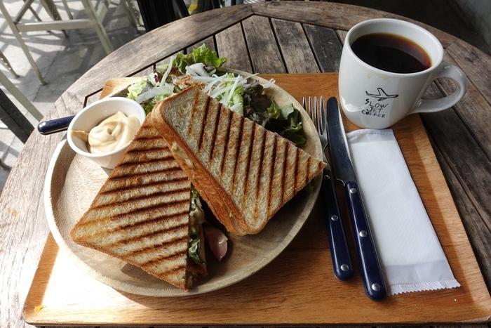 ボリュームたっぷりで食べごたえも満点の「鴨肉とチーズオニオンのパニーニ」をランチにいかがですか?。こだわりの一杯を飲みながらのカフェ時間は贅沢そのものです。