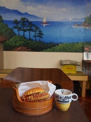 店内の壁に銭湯に描かれているような絵があったり、ホットドッグが桶に盛り付けられていたり、ワクワクします。