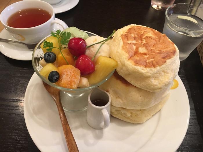 フルーツがたくさん盛り付けられたものなど、月によって変わるメニューもあります。自分へのご褒美にとっておきのパンケーキはいかがですか?