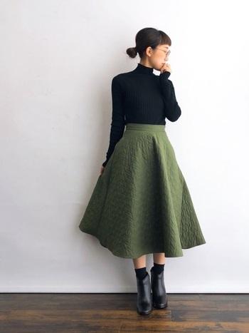 ボリュームのあるフレアースカートには、コンパクトな黒タートルをフルタックインで合わせてスッキリとした印象にしてあげましょう。ミモレ丈から少し肌をのぞかせて、ぬけ感を出してあげると◎