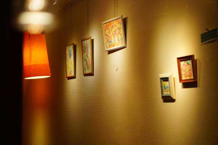 「ギャラリーカフェバー Tom's Cafe」は、店名通りギャラリーやイベントスペースとして使われることも多く、さまざまな企画が開催されています。日頃の忙しさから離れ、非日常空間を楽しめます。