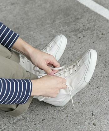 足元はスニーカーでOK!道はほとんど舗装されていますが、坂道も結構あるのでヒールのある靴は避けましょう。  長いコースを歩こうと予定されている方は、トレッキングシューズの方が歩きやすいのでオススメです。