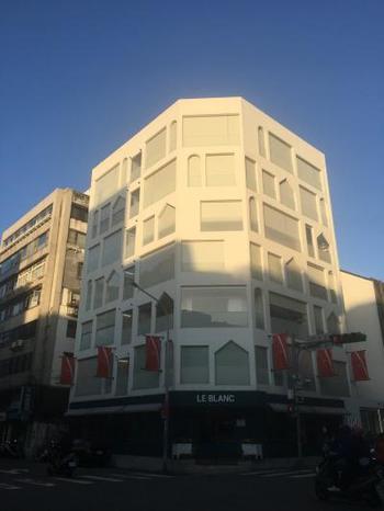 まずは、どこに行くにも便利な台北市内の真ん中に位置する『スウィーオ』。外観は白一色でこんなにオシャレ。2015年にオープンしたまだ比較的新しいホテルです。