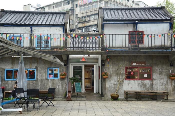 猫空から市内に戻って来たら、台北のシンボル「台北101」の近くにある『四四南村』に立ち寄ってみましょう。ここは昔、軍人村として使われていた文化遺産保全地区で、最近はその歴史的な建造物がリノベーションされ、台湾っ子に人気の新しい文化の発信地になっているんです。