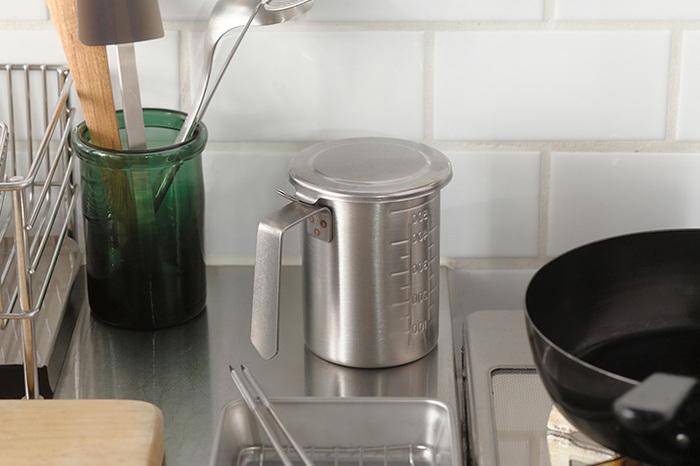 ステンレス製のオイルポットはキッチンツールに馴染む佇まいです。ステンレス製だから、汚れや衝撃、熱に強いのが頼もしいですね。