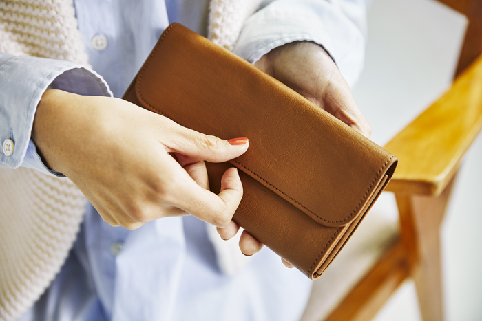 1日に何度も手に取るお財布は、素材にこだわれば触れるたびにうれしくなります。「horse pit シリーズ」で使われている馬革は柔らかくしなやかな素材。「long wallet」は、その上質さはもちろん、3つに区切られたお札入れなど、使いやすさもポイントです。