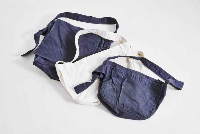 """昔から新聞配達員が使っていたカバンを下敷きに、新たなデザインで再構築された「flap newspaper bag」(左)と「newspaper bag」(右の2点)。コットンリネンの使い勝手のよさと、シンプルで洗練されたデザインは""""マイ定番""""としてずっと大切にできそう。使い込むほどに変化するシワやアタリが、新たな表情を見せ続けてくれるのも楽しい。 ※こちらのアイテムは、2018年12月12日に発売予定。"""