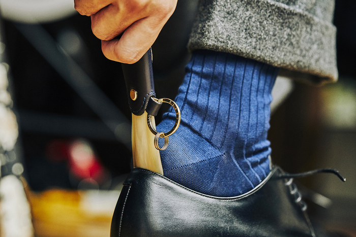 『グレンロイヤル』の豊富なラインナップのなかでも、男性へのギフトに人気の高いアイテムが、ポケットサイズのシューホーン。革靴を履く男性にとって便利なグッズであることはもちろん、持ち歩けるので外出先でも重宝します。たとえば、これからの忘年会シーズンは飲食店で靴を脱ぐ機会も増えます。そんなときに、スーツのポケットやビジネスバッグから、さり気なくおしゃれな靴べらを取り出し履く姿は、とてもスマート。身だしなみへの意識が高い、ワンランク大人の男性を演出してくれそうです。