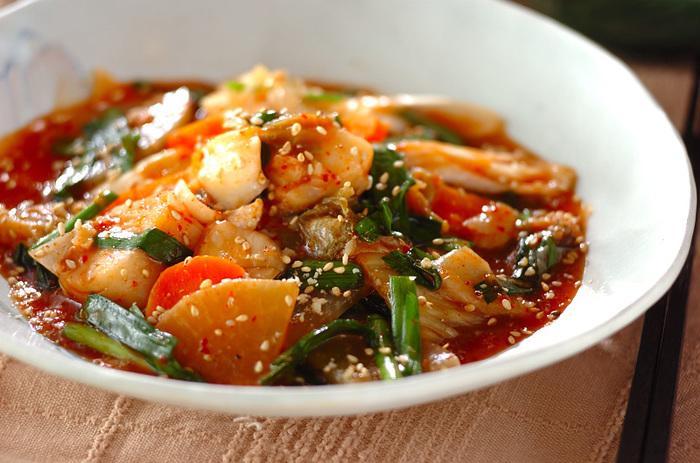 旬のタラと大根、ネギなど野菜たっぷりのキムチ煮は、辛いだけでなくタラの旨味が凝縮された体の芯から温めてくれる冬の煮込み料理。切った具材を煮込むだけで簡単に作れるのも嬉しいですね。