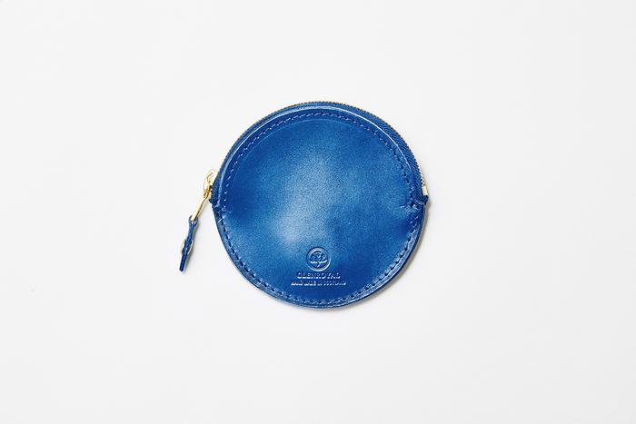 余計な装飾のない、きわめてシンプルなデザイン。円形のジップ式財布は『グレンロイヤル』のアーカイブモデルを復刻したものです。内側に仕切りなどもなく、コイン以外にもアクセサリーなど失くしやすい小物を収納しても◎