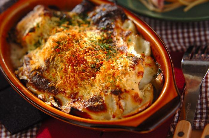 お鍋や蒸し料理の印象が強いタラですが、実は洋風アレンジで大活躍してくれる食材なんです。フランスやポルトガルなどヨーロッパ地方でも重宝されている魚でタラから出る旨味は抜群の美味しさ。そんなタラを長ネギや玉ねぎなどと一緒にクリームソースで閉じ込めたグラタンは濃厚な旨味でとっても美味!これから人が多く集まるイベントや特別な日のディナーにもオススメの一品です。ソースにバケットを絡めても◎。スパークリングワインや白ワインとの相性も抜群です。