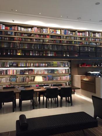 ロビーには5,000冊ほどの本があり、図書館でお泊りしている気分が味わえますよ。カフェも併設しているので、ゆっくりとくつろぐことができます。