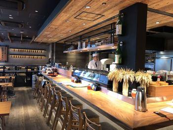目黒駅前の「目黒魚金(メグロウオキン)」は、お魚料理がおいしいお店。スタイリッシュなオープンキッチンの店内で、お魚の魅力を再発見してみませんか?