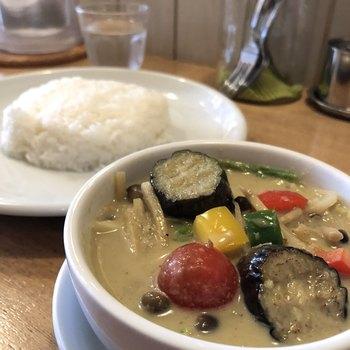 彩り豊かなお野菜が8種類入った「タイ風グリーンカレー」も、オリジナルの味わいと評判です。ココナッツミルクのまろやかさとスパイスの辛さがあとを引くおいしさ。何度も通いたくなるというファンが多いのも納得のカレーを味わってみませんか?