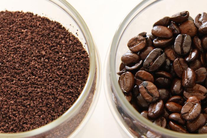 豆の挽き方には段階があり、コーヒーを淹れる時に使う器具に合わせてその挽き方を選びます。ペーパードリップやコーヒーメーカーなどの一般的な器具には中細挽きが最適。挽いた豆を購入するなら中細挽きが一番使いやすいでしょう。