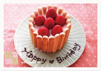 牛乳アレルギーがなければ生クリームを使うこともできますが、お手軽なのは、こちらのレシピのように、ヨーグルトクリームを使ったケーキ。赤ちゃん用のボーロやクッキーなどで飾りつけすれば、さらにお誕生日ケーキらしくなりますね♪。