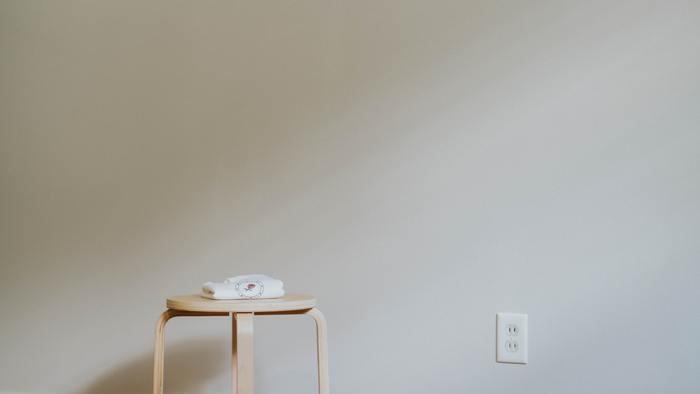 座禅を行なう環境は、集中が途切れにくいように整える必要があります。清潔で落ち着くことができる室内が基本です。なるべく静かで明るすぎない場所がよいでしょう。