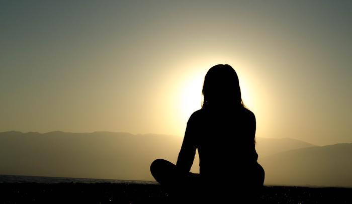 座禅とは、決まった姿勢で座ってゆっくりとした呼吸を行なうことで、心や体を整える方法です。姿勢を整え(調身)、呼吸を整え(調息)、心を整える(調心)3ステップで成り立っています。
