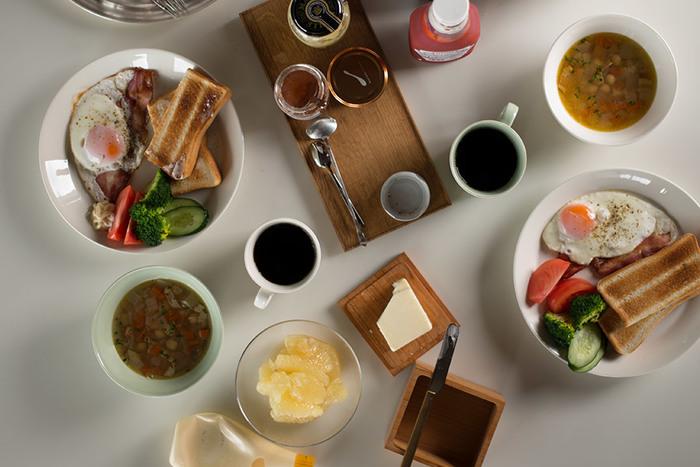 ホワイトは、どんな料理も相性よくまとめてくれる頼れるカラー。角度のついた縁が、無造作におかずをのせても様にしてくれるから、忙しい朝に重宝しますよ。