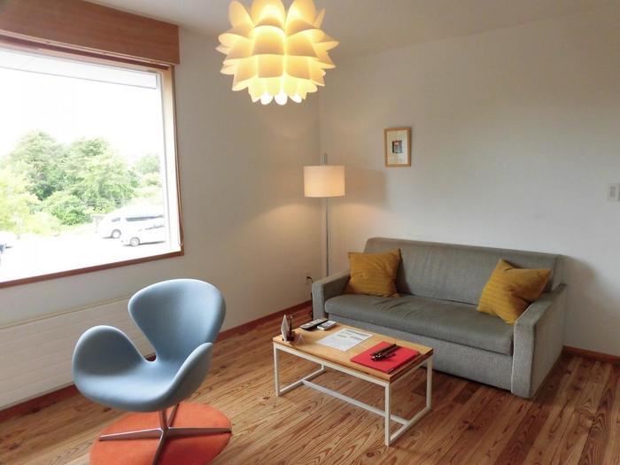 13室ある客室は一部屋ごとに異なるデザインで、アルテックのスツールやハンス・J・ウェグナーのチェアなど北欧の名作家具がズラリ。