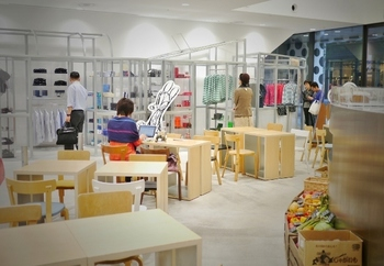 パリ屈指の人気を誇るベーカリーカフェ「Rose Bakery(ローズベーカリー)」があるのは、丸の内マイプラザの1階。白を基調とした明るく開放的な店内は、アパレルショップと隣接しているので、お買い物の途中で立ち寄るのもおすすめです。
