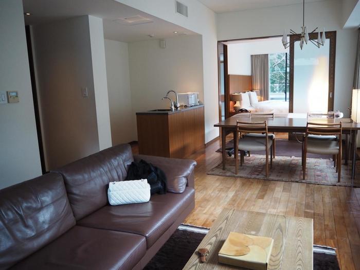 全16室の客室はすべてスイート仕様で「循環する時間と、やさしさ」をテーマに木と煉瓦のデザイン、北欧スタイルのソファやランプを配され、自然と共に過ごすひと時を大切にしたインテリアでまとめられています。
